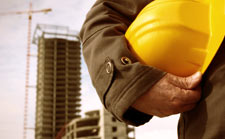 Baustelle und Mann mit Schutzhelm